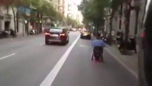 señor circulando en silla de ruedas